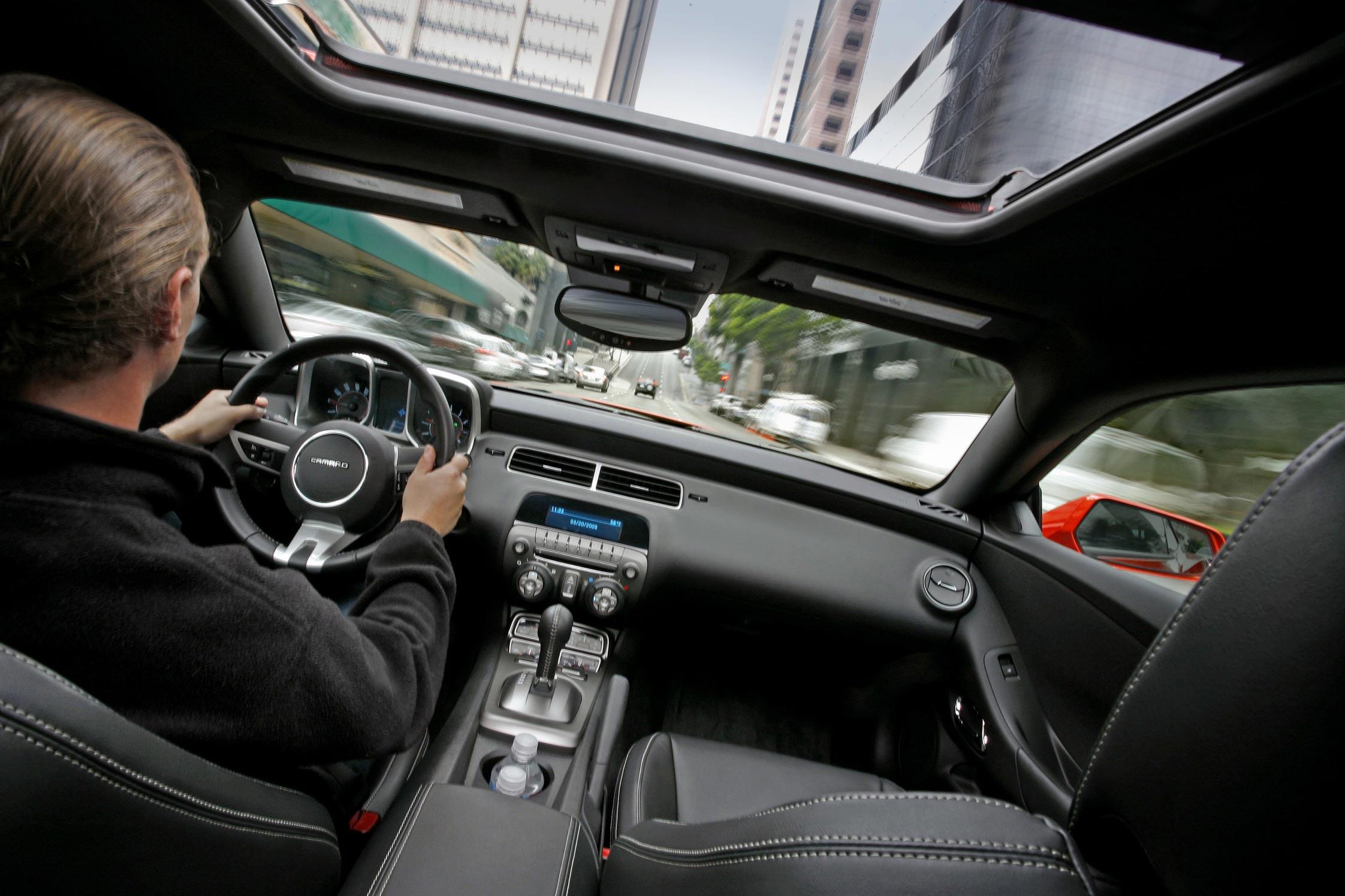 Essai chevrolet camaro ss motorlegend for Chevrolet interieur
