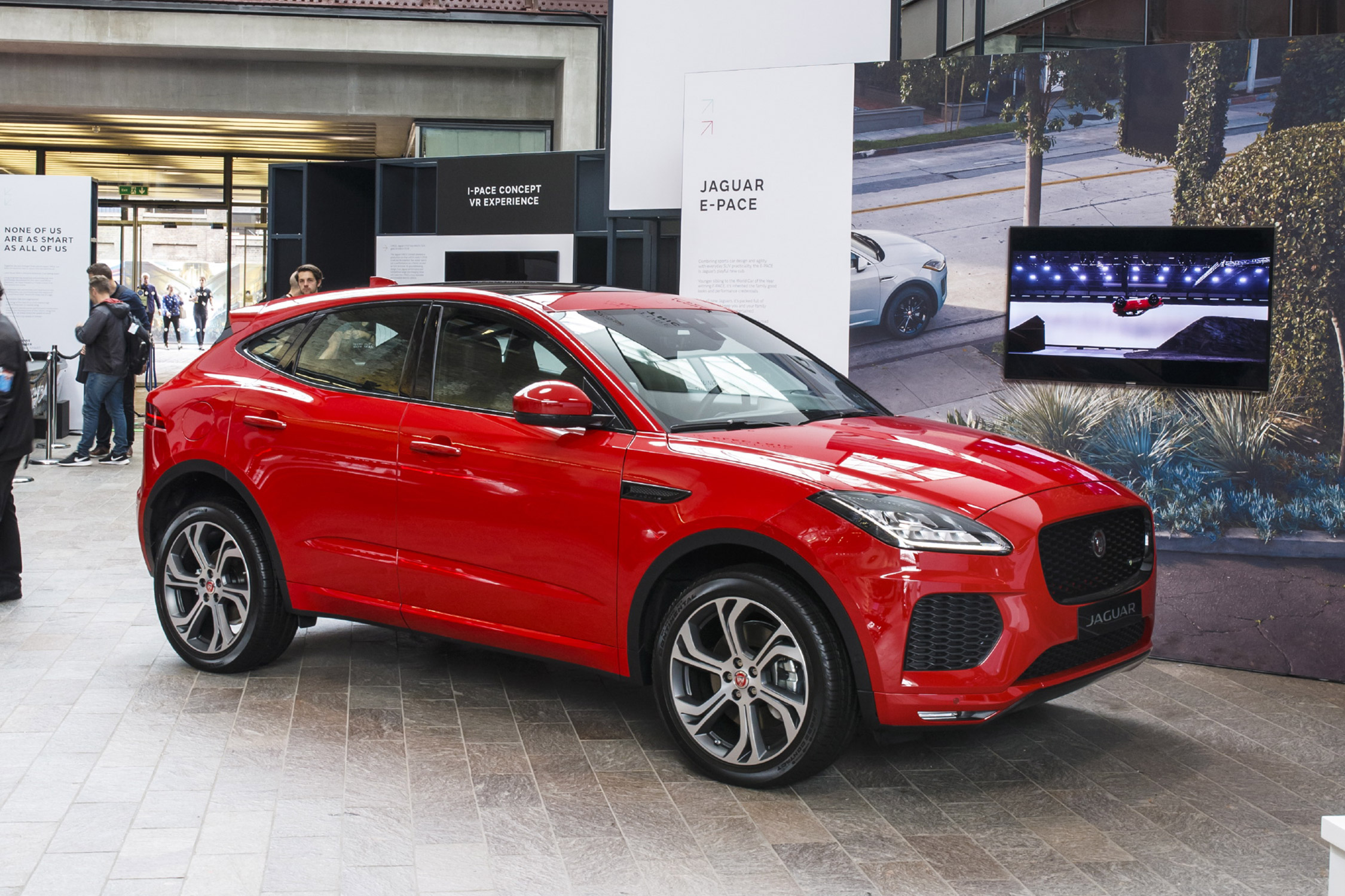 Jaguar e pace salon de francfort 2017 for Interieur jaguar f pace