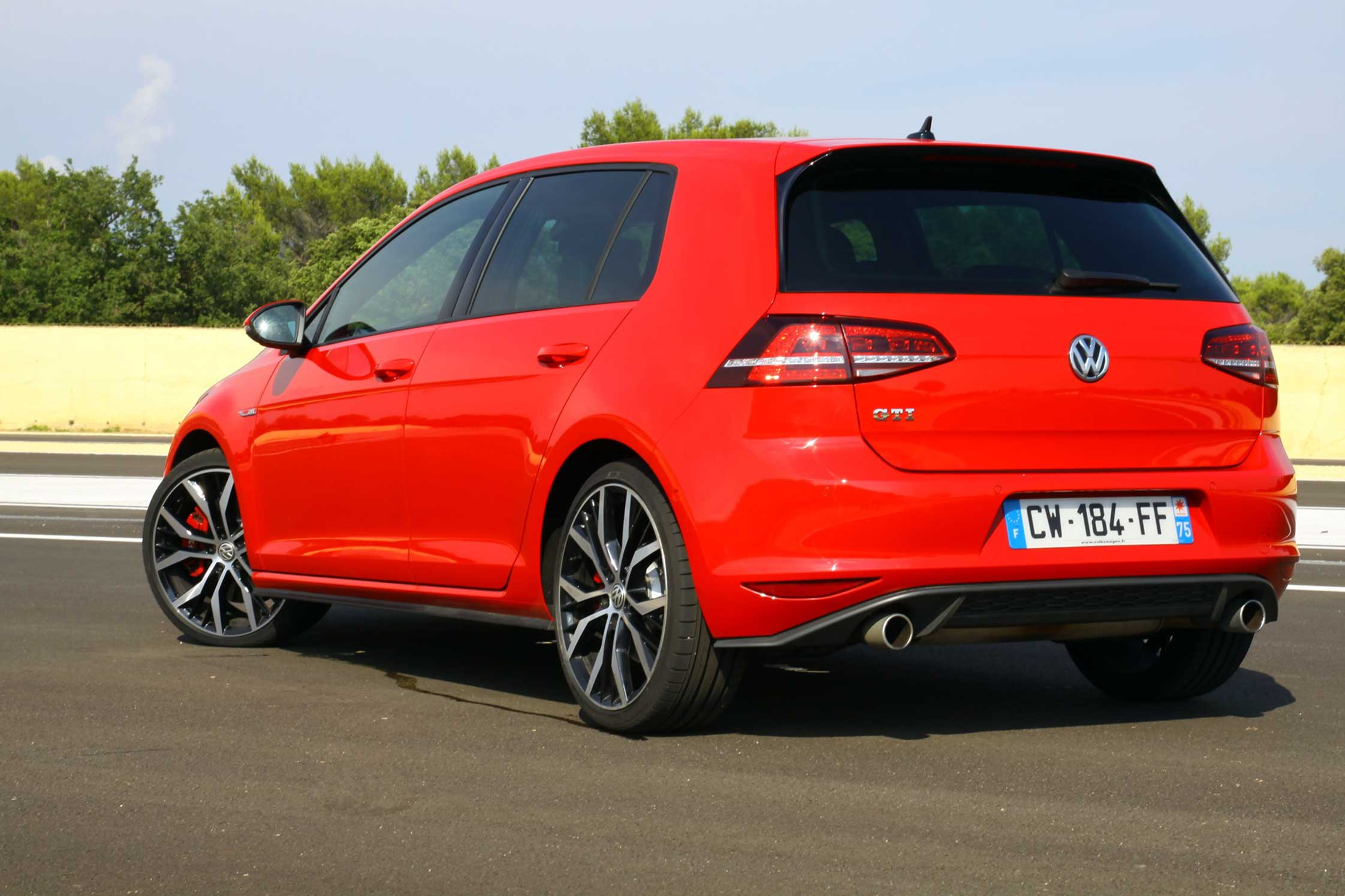Vw Golf Gti Performance 2017 >> Essai VOLKSWAGEN Golf GTI VII Performance - Motorlegend