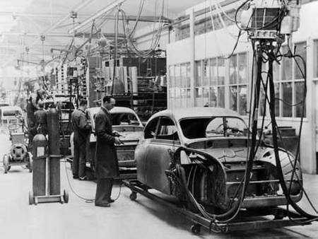 La production de la Saab 92 démarre en 1950.