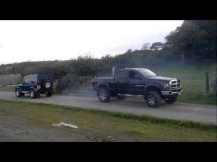 Un Dodge Ram contre un Land Rover Defender