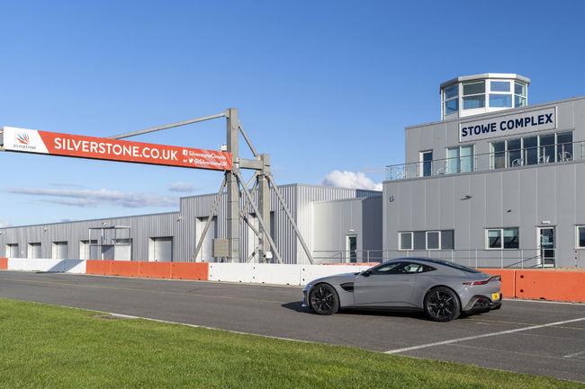 Aston Martin prend ses quartiers à Silverstone