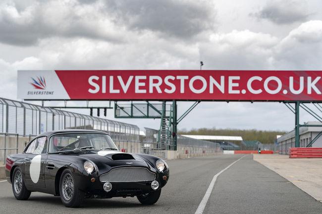 Cinq Aston Martin DB4 G.T. Continuation livrées à Silverstone
