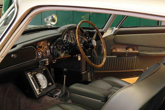 L'Aston Martin DB5 de Goldfinger à Rétromobile