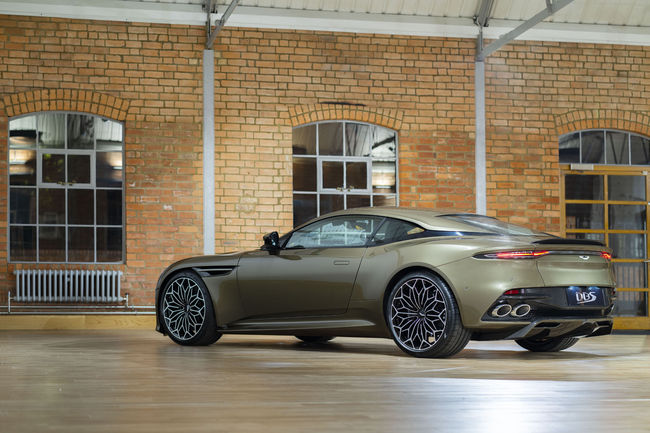 Aston Martin célèbre James Bond avec la DBS Superleggera OHMSS