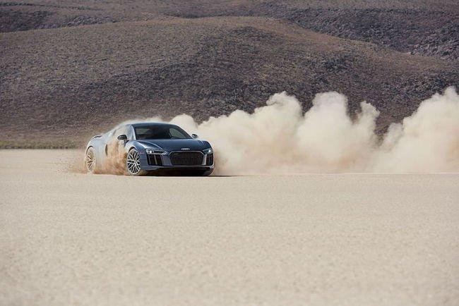 Pub : l'Audi R8 V10 plus vous accueille dans le désert