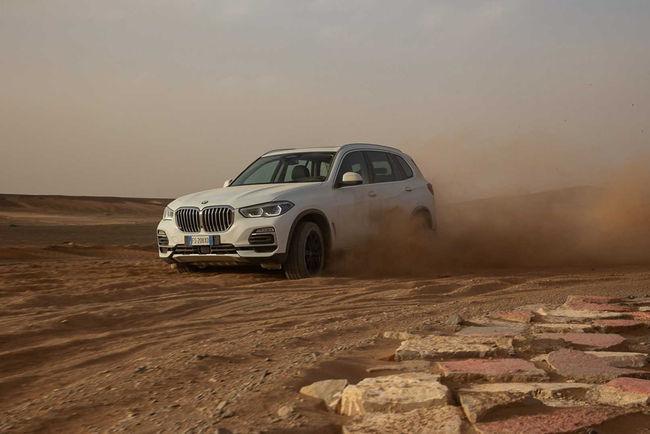 BMW recrée le circuit de Monza dans le désert pour son SUV X5