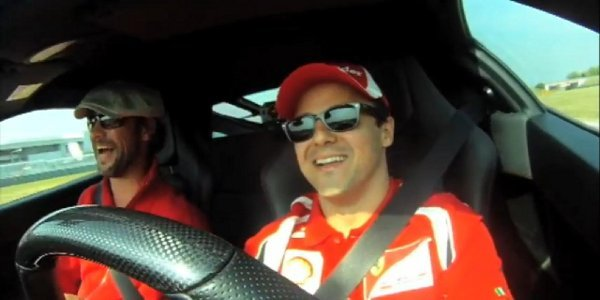 Jay Kay en visite chez Ferrari