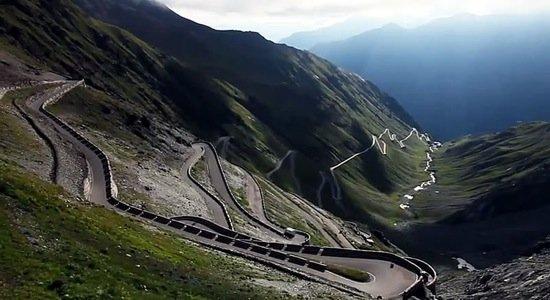 Vidéo : Le Stelvio en Ferrari 458 spider