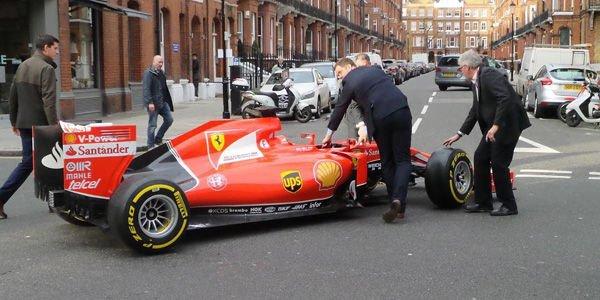 Il reçoit une Ferrari F1 2015 pour son showroom