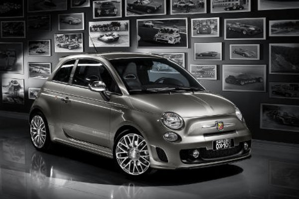 une fiat 500 pour l 39 anniversaire abarth actualit automobile motorlegend. Black Bedroom Furniture Sets. Home Design Ideas