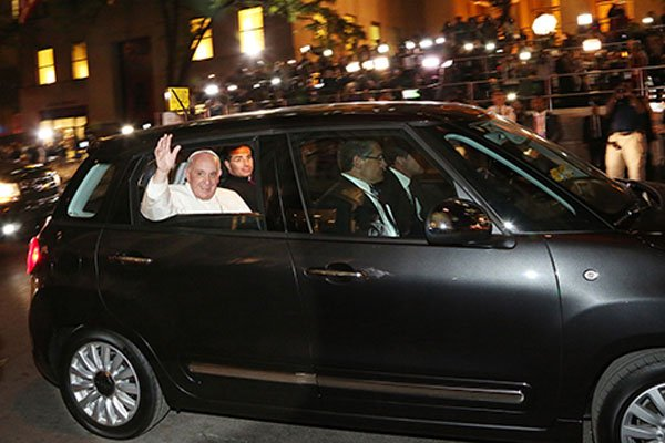 La Fiat 500L du pape François aux enchères