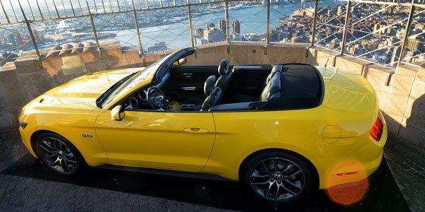 La Mustang Cabriolet est sur l'Empire State Building