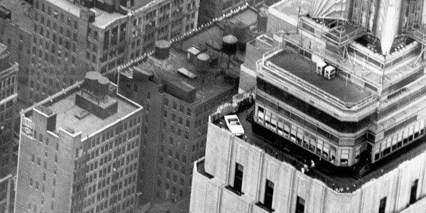 Une Mustang sur l'Empire State Building