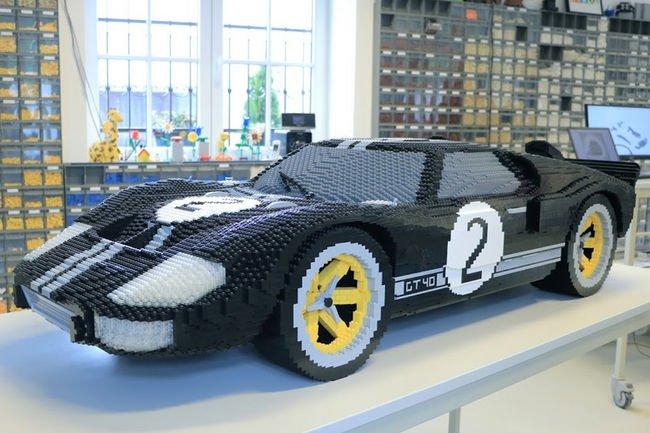 Deux Ford GT en Lego exposées au Mans