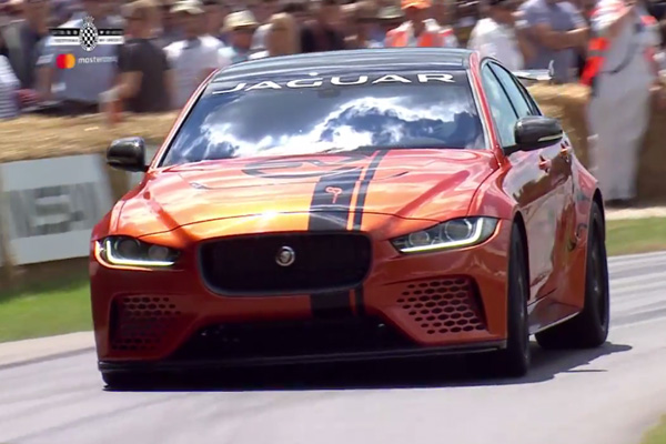 Goodwood : les Porsche 911 GT2 RS et Jaguar XE SV Project 8 en action