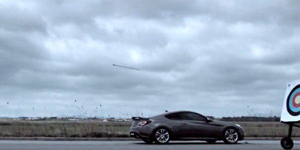 La Hyundai Genesis contre une flèche