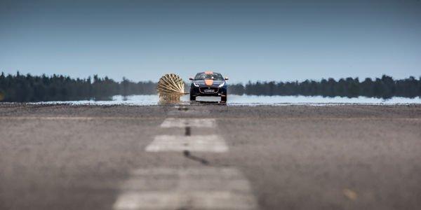 La Jaguar F-Type teste le parachute du Bloodhound SSC