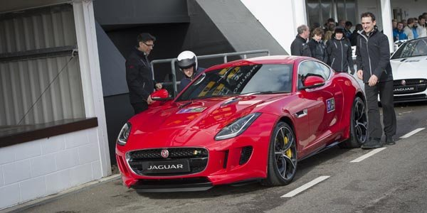 le prince harry en jaguar f type r actualit automobile motorlegend. Black Bedroom Furniture Sets. Home Design Ideas