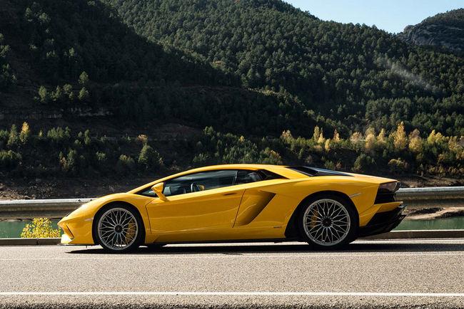 La Lamborghini Aventador S fait le show en vidéos