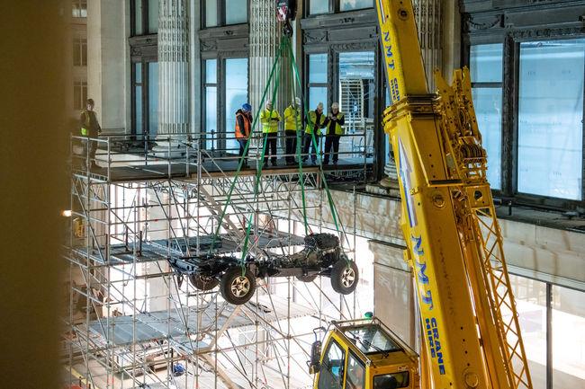 Insolite : Land Rover assemble un Defender dans un magasin