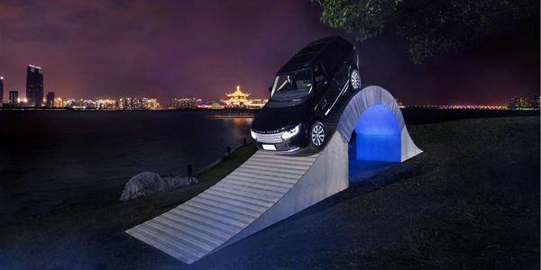 Range Rover : un pont en papier à escalader pour ses 45 ans