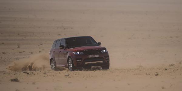 Le Range Rover Sport se joue du désert