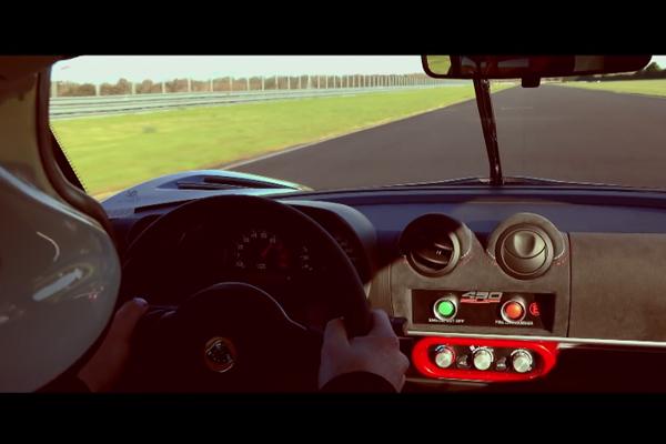 La Lotus Exige Cup 430 en action sur la piste d'Hethel