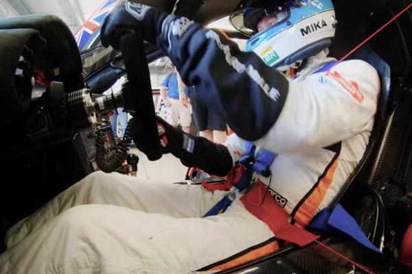 Mika Hakkinen en piste dans la McLaren F1 GTR
