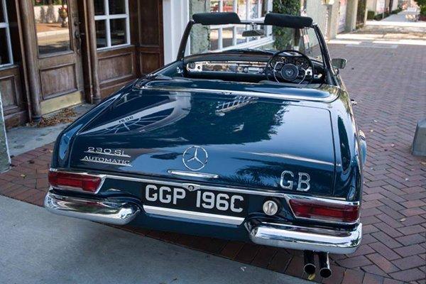 Une Mercedes 230 SL ex-John Lennon aux enchères