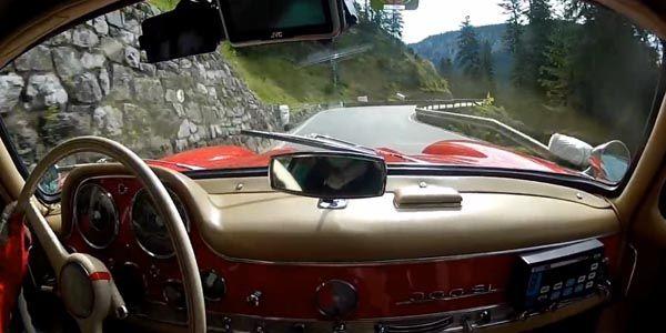 En Mercedes 300 SL sur une spéciale de rallye