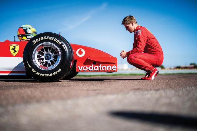 RM Sotheby's : Mick Schumacher pilote la Ferrari F2002 de Michael