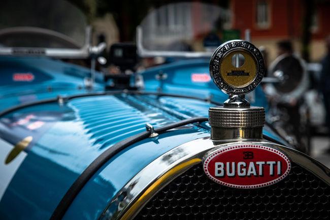 Une Bugatti sur le podium des Mille Miglia