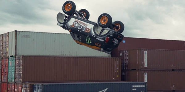 Exploit : un salto arrière en voiture !