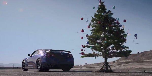 Comment démonter son sapin avec une Nissan GT-R