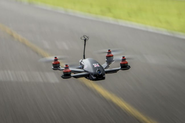 Insolite : Nissan GT-R vs Drone GT-R