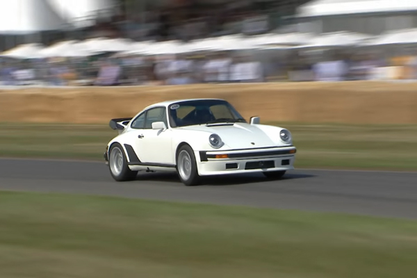 La Porsche 930 TAG Turbo en piste à Goodwood