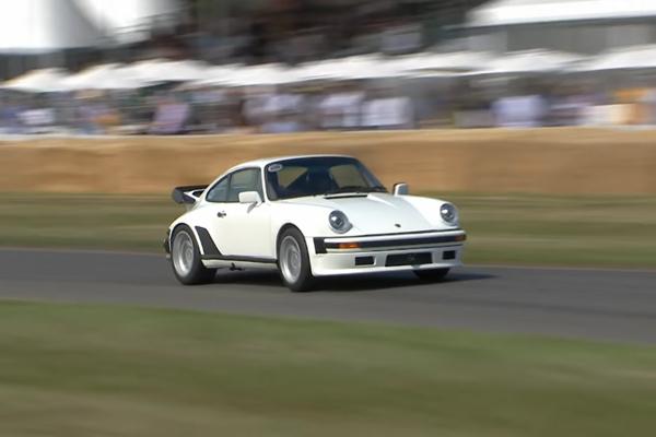 La Porsche 930 TAG Turbo en piste à Goodwood