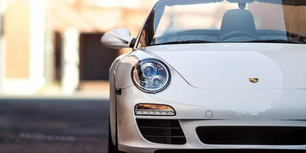 Une Porsche 911 à conduite centrale
