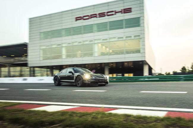 Un prototype Porsche Taycan en tournée