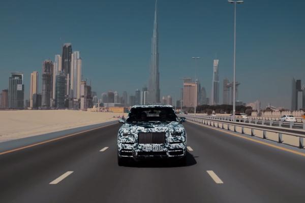Le Rolls-Royce Cullinan en essais dans le désert de Dubaï