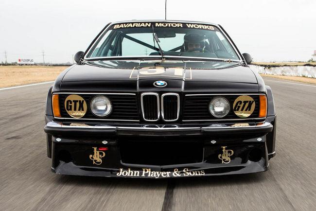 Une rare BMW 635 CSi en piste à Silverstone Classic
