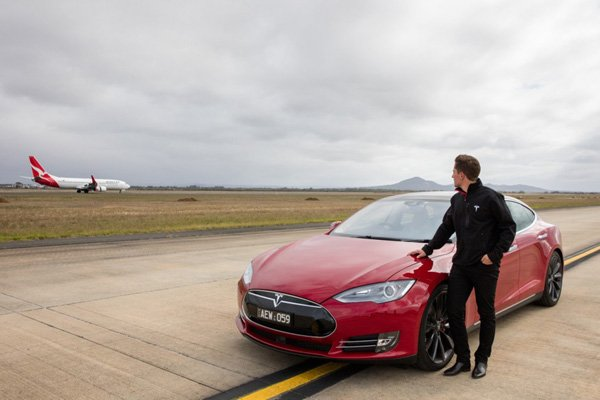 Race : Tesla Model S P90D vs Boeing 737