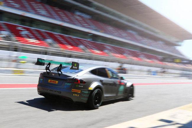 La Tesla Model S de course en piste à Barcelone
