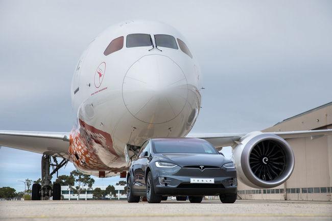 Record : une Tesla Model X tracte un Boeing 787