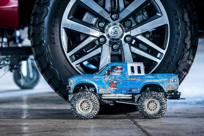 Insolite : des véhicules RC tractent le Toyota Hilux