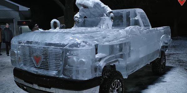 Un pick-up de glace prend la route