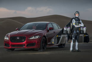 La Jaguar XJR face à The Jetman