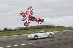 Insolite : Morgan Aero 8 contre biplan Pitts S2S