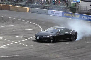 Séance de drift en Tesla Model S